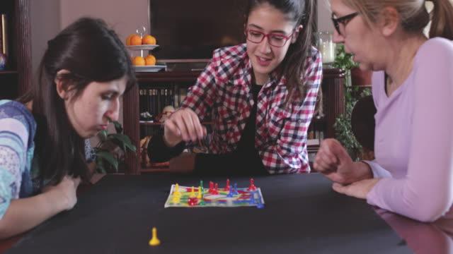 stockvideo's en b-roll-footage met familiespellen - spelletjesavond