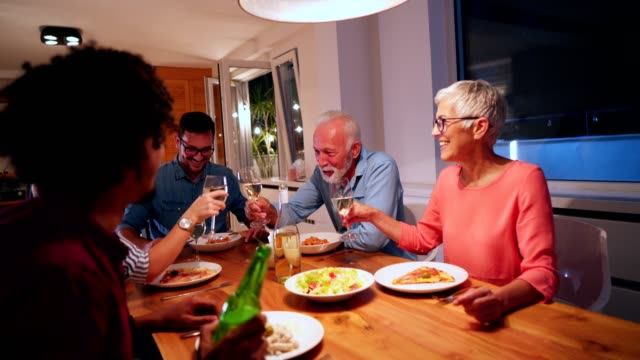 family gathering at the dinner table - macchina da presa manuale video stock e b–roll