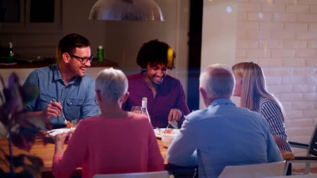 家族の夕食のテーブルに集まり - 団らん点の映像素材/bロール