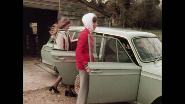 vídeos de stock e filmes b-roll de a family gets into a car, uk, 1970s - família com quatro filhos