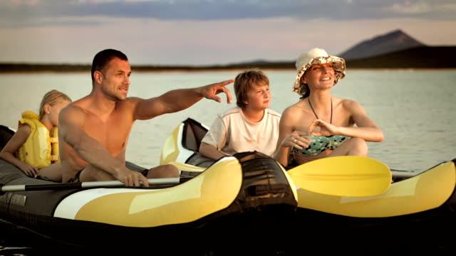 famiglia ls batte il cinque mentre kayaking sul mare - kayaking video stock e b–roll