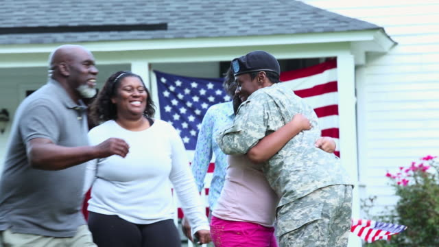 vídeos de stock e filmes b-roll de ms family greeting female soldier returning home from military service / eastville, virginia, united states - regresso ao lar