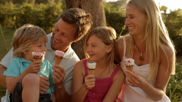 family group eating ice cream - 子供2人の家庭点の映像素材/bロール