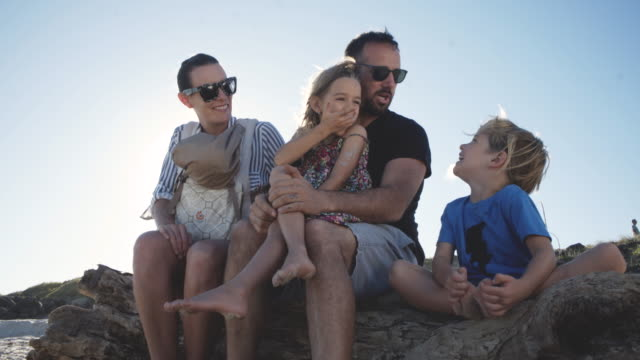 familie glücklich in der natur - son stock-videos und b-roll-filmmaterial