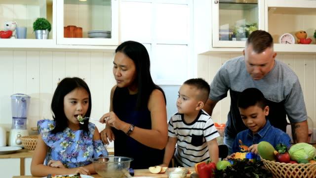 vídeos de stock, filmes e b-roll de refeição feliz família junto - happy meal