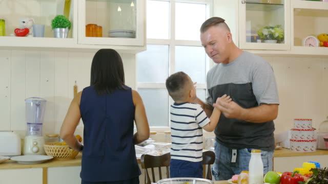 vídeos y material grabado en eventos de stock de comida feliz familia junto - happy meal
