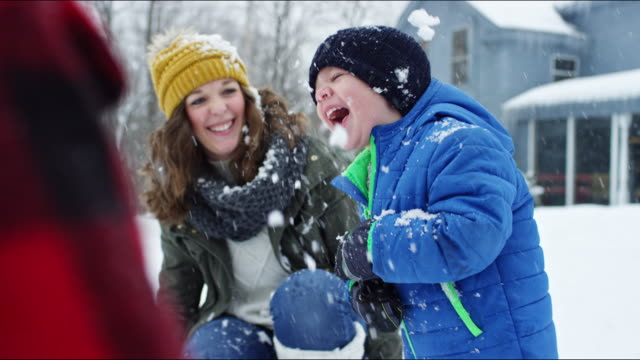 stockvideo's en b-roll-footage met family having a snowball fight on a vermont winter's day. - muts