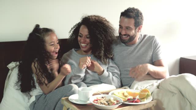 familie mit frühstück im bett - frühstück stock-videos und b-roll-filmmaterial