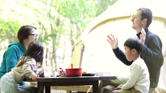 山で朝食を食べる家族 - 民族点の映像素材/bロール