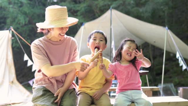 familie beim frühstück in den bergen - outdoor pursuit stock-videos und b-roll-filmmaterial