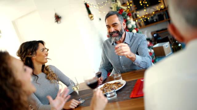 vídeos y material grabado en eventos de stock de familia con desayuno en la mañana de navidad 4k - cena con amigos