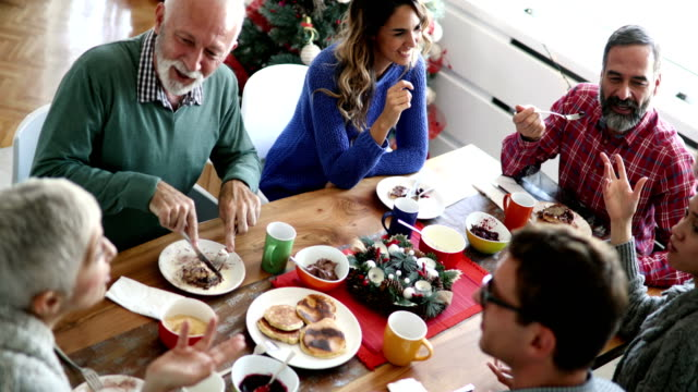 family having breakfast on christmas morning. - prima colazione video stock e b–roll