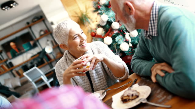 クリスマスの朝に朝食を持っている家族。 - 年配の女性点の映像素材/bロール
