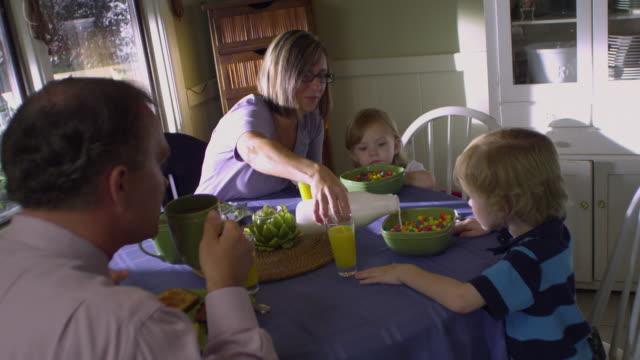 vídeos de stock e filmes b-roll de ms zi zo family having breakfast / rockford, illinois, usa - rotina