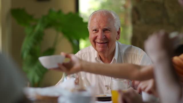 vídeos y material grabado en eventos de stock de familia desayunando - inocencia