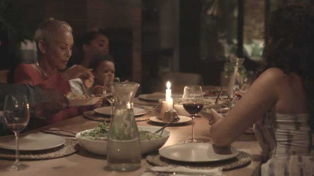 stockvideo's en b-roll-footage met family having dinner during reunion - avondmaaltijd