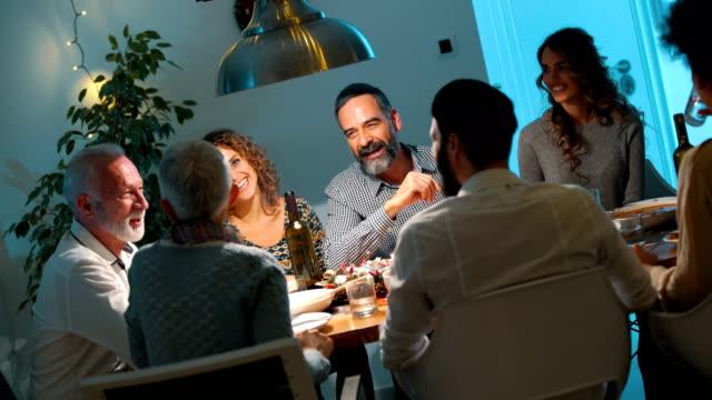 4 k クリスマスイブ ディナーを持っている家族 - ディナーパーティー点の映像素材/bロール
