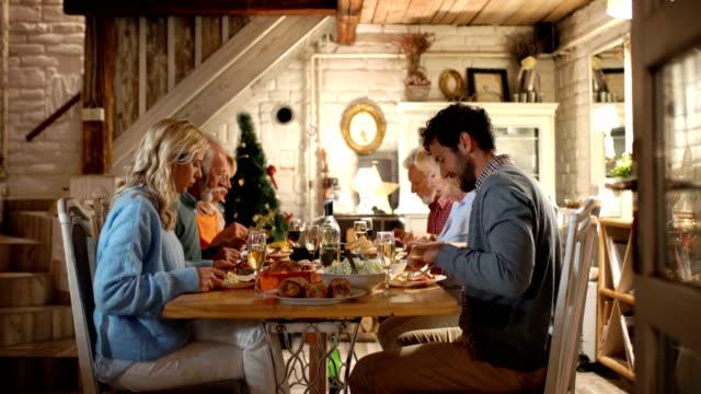 vídeos de stock e filmes b-roll de family having dinner on christmas eve. - europeu