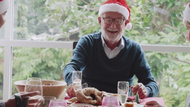 vídeos y material grabado en eventos de stock de familia cenando en nochebuena. - cena con amigos