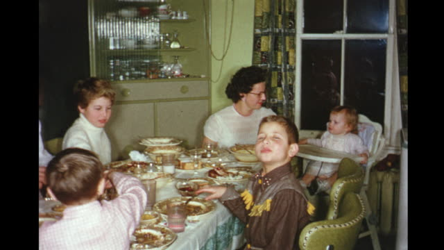 vídeos de stock e filmes b-roll de 1956 home movie family having dinner together / toronto, canada - montagem de filme técnica de filmagem
