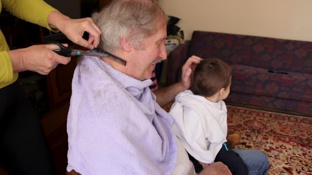 vídeos de stock e filmes b-roll de family having fun and cutting hair at home - bocejar