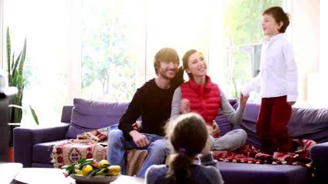 Familie, die Spaß tanzen im Wohnzimmer