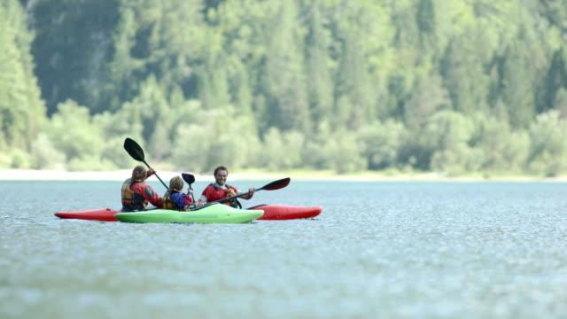vídeos de stock e filmes b-roll de hd: família divertir-se no caiaque - kayak