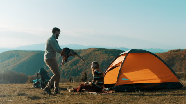 vídeos de stock e filmes b-roll de family having fun on camping trip - acampar