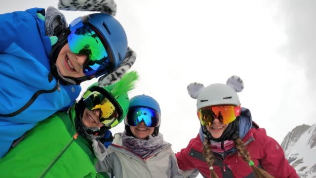 vídeos y material grabado en eventos de stock de familia divirtiéndose esquiando en el glaciar en los alpes - austria