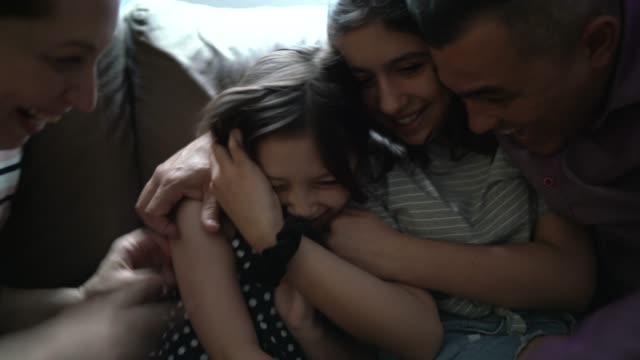 vídeos de stock, filmes e b-roll de família se divertindo juntos em casa - aconchegante