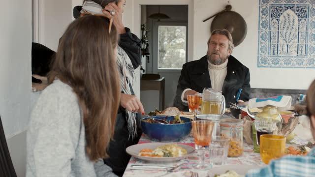 vidéos et rushes de family having lunch on patio - prendre son repas