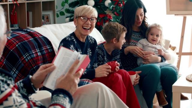 vidéos et rushes de famille ayant le thé et détendant ensemble un jour de noel - chanter