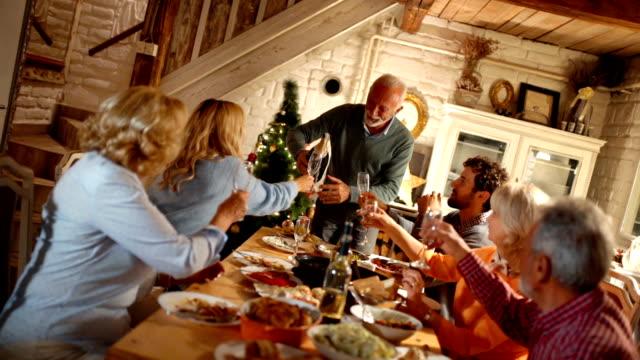 vídeos de stock e filmes b-roll de family having thanksgiving dinner. - banquete