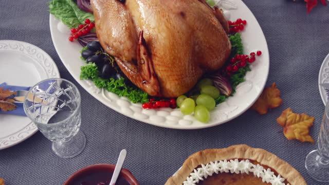 familie mit traditionellen urlaub gefüllt türkei abendessen - kuchen und süßwaren stock-videos und b-roll-filmmaterial