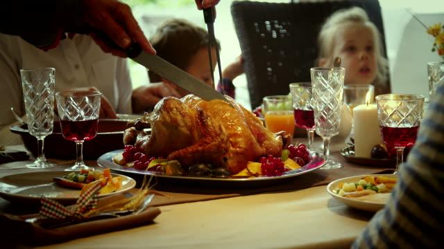 vídeos de stock, filmes e b-roll de recheado de família tendo feriado tradicional ceia de peru - turkey