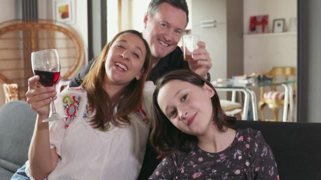 family having video call - 10 11 år bildbanksvideor och videomaterial från bakom kulisserna