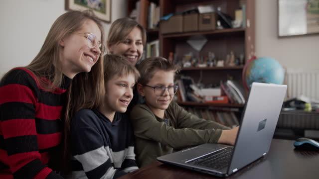 vídeos y material grabado en eventos de stock de familia que tiene video chat con los abuelos - cuarentena