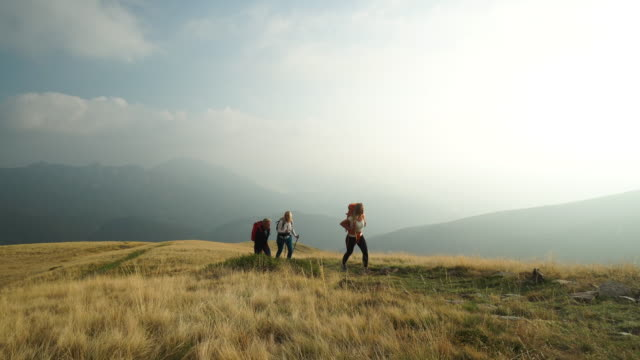 vídeos de stock e filmes b-roll de family hike along mountain top with backpacks - caminhada