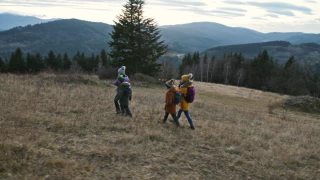 vidéos et rushes de randonnée en famille dans la belle nature - endroit isolé