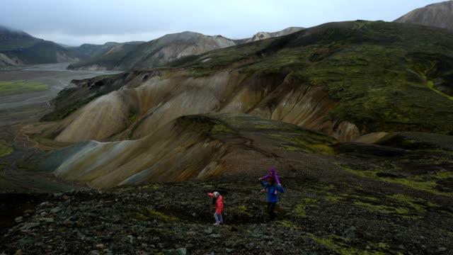 vídeos de stock, filmes e b-roll de família caminhadas na islândia landmannalaugar - islândia central