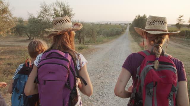 stockvideo's en b-roll-footage met het wandelen van de familie op onverharde weg in toscane - vrijetijdsbesteding