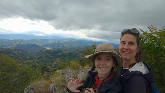 vídeos de stock, filmes e b-roll de caminhadas em família. turismo na sérvia. - colina