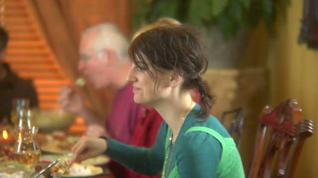ご家族での休日の夕食 2 - 団らん点の映像素材/bロール