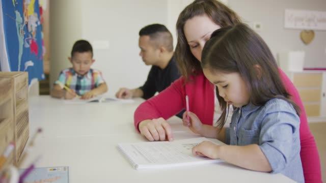 vídeos de stock, filmes e b-roll de família homeschool - idioma