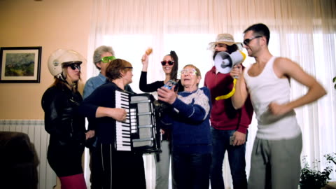 family house-party - live ereignis stock-videos und b-roll-filmmaterial