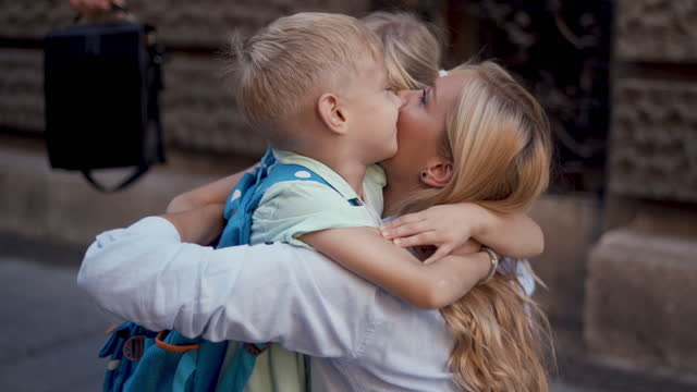 vídeos y material grabado en eventos de stock de ¡abrazo familiar! - familia con dos hijos