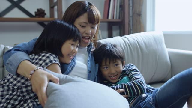 ご家族との触れ合い - 屋内点の映像素材/bロール