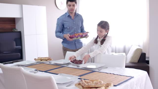 Familjen iftar måltid preperation i Ramadan