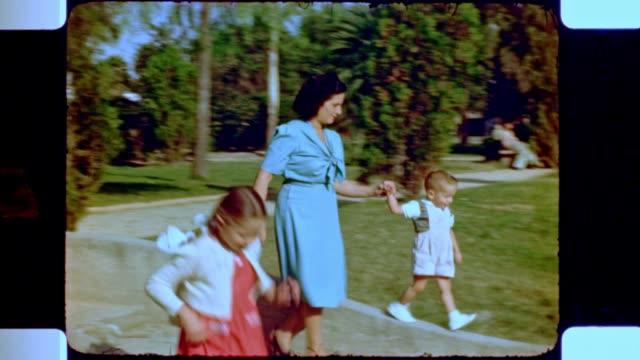 vidéos et rushes de family in a mexico city park - famille avec deux enfants