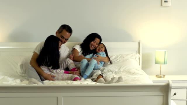 ご家族とご一緒にベッド - ヘッドボード点の映像素材/bロール